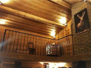 Eclairage sous charpente de la mezzanine du chalet