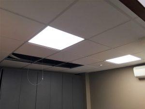 Plafond avec pavés led encastrés en cours de finition