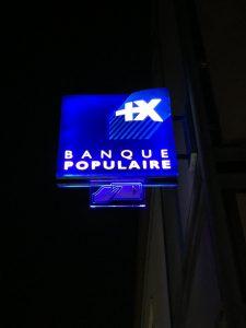 Enseigne banque populaire de nuit