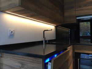 Plan de travail de cuisine avec bandeau led encastré dans meuble haut