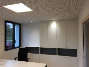 Bureau individuel fermé avec pavés led encastrés en faux-plafonds