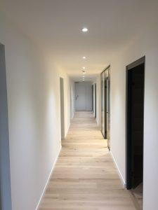 Couloirs de bureaux avec spots led encastrés au plafond