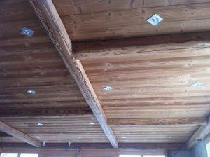 Spots encastrés dans le plafond bois du restaurant