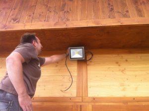 Fixation d'un projecteur extérieur par Connectélec