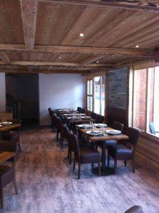 Vue globale du restaurant avec spots au plafond