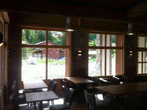 Vue intérieure du restaurant avec appliques double éllipses au mur