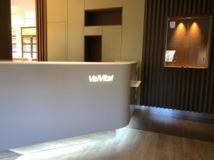 Val Vital thermes banque accueil lumineuse niche bois design spot enseigne