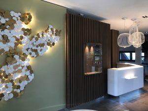 Val Vital thermes entrée lumineuse banque accueil lustre applique design tendance déco