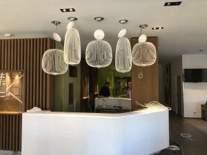 Val Vital thermes lustre banque accueil design bois tendance