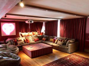 vue intérieure salon ambiance chaude et tableau lumineux