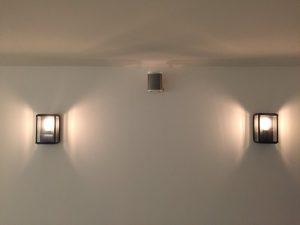 Double applique type lanterne et enceinte Sonos du mur du salon