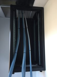 baie informatique avec arrivée de câbles