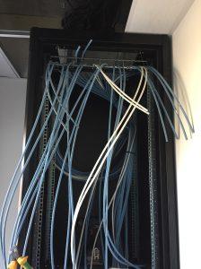 baie informatique avec câbles arrivés triés