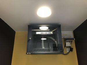 baie informatique avec bandeau de prise intégré précâblée