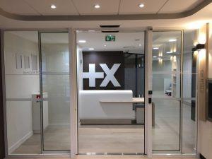 Hall d'entrée de banque avec porte coulissantes