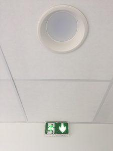 bloc sortie secours et spot blanc rond led éteint