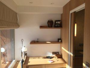 Petit bureau une place avec étagères en bois volet ouvert