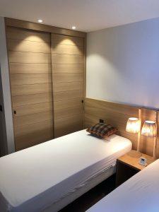 chambre bois spots design lampe chevet
