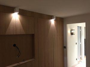 Mur de la chambre avec télévision encastrable et spots carrés blancs