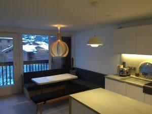 Vue globale cuisine-salon avec lustre en bois moderne et bandeaux led