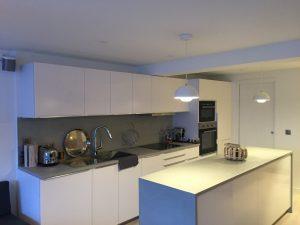 Vue globale cuisine avec double lustre et bandeau LED éteint