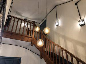 escalier tubes_iro_noir_contraste_blanc_appliques_vintage
