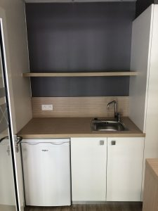 cuisine salle de pause avec prises en crédence et alimentations spécifiques electromenager