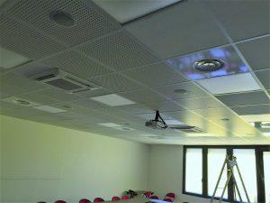Plafond avec spots, ventilisation et enceintes encastrés de la salle de conférence