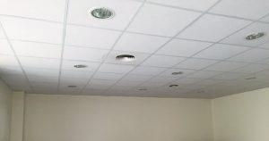 Spots encastrés dans les plafonds des salles de classe
