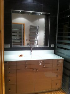 Salle de bains avec sèche-serviette métal et spots encastrés