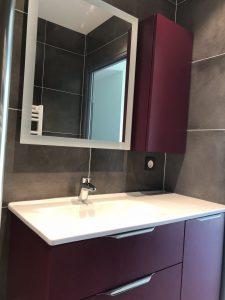 salle de abin avec spots au plafond, seche serviette et éclairage miroir