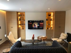 salon cosy chaud télé niches rails led rubans lumineux