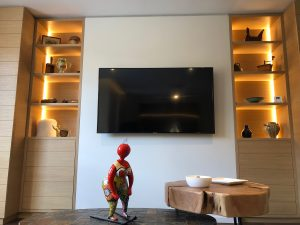 salon niche bois TV ruban led