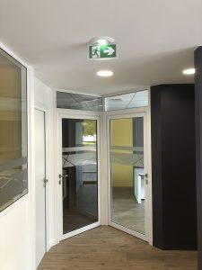 sas d'entrée bureaux avec bloc de secours encastré plafond