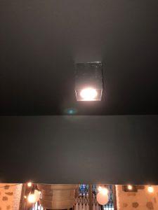 gros plan sur un spot carré led finition métal brillant