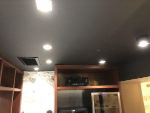 vue du plafond avec spots