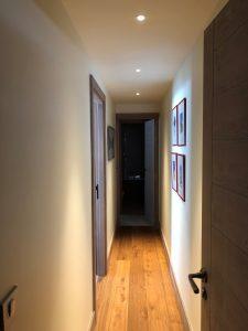 couloir avec spots en plafonds