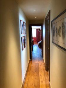 couloir avec spots encastrés au plafond