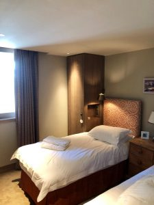 chambre duo avec liseuses en tête de lit et spots au plafond