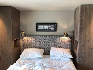 chambre double avec liseuses articulées en tête de lit