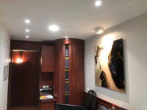 spots bibliothèque bureau dossiers armoire éclaire tableaux