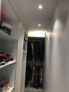 spots dans faux plafond dans un dressing