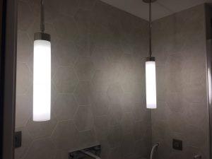 Suspensions de type néon dans la salle-de-bains