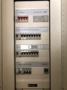 tableau électrique avec disjoncteurs divisionnaires et différentiels