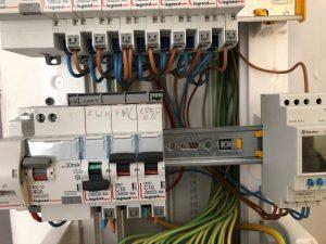 gros plan sur fixation des modules dans le tableau électrique