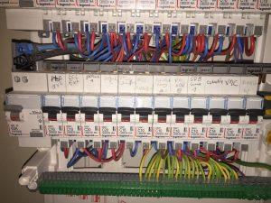 mise à la terre des disjoncteurs dans le tableau électrique