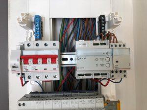 gros plan sur modules de protection dans le tableau électrique