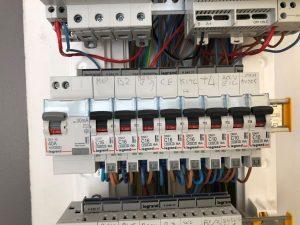 repérage des disjonteur des différents circuits dans le tableau électrique
